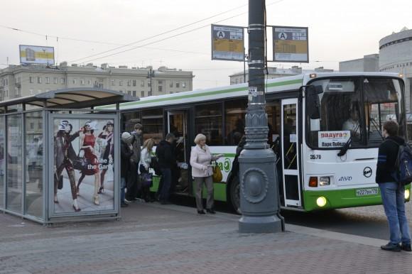 Остановка общественного транспорта напротив метро Парк Победы