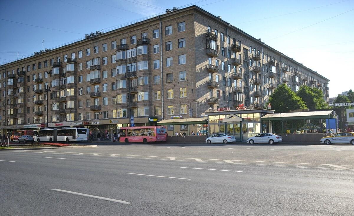Остановка возле Макдональдса и цветочного павильона. Фото сделано с противоположной стороны Московского проспекта. Слева автобус номер 39 до Пулково 1, это также и остановка всех автобусов №39Э