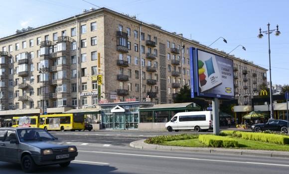 Остановка возле Макдональдса и цветочного павильона. Фото сделано с противоположной стороны Московского проспекта. Справа белая маршрутка номер 39 до Пулково 1. Слева желтый автобус номер 13 до Пулково 2.