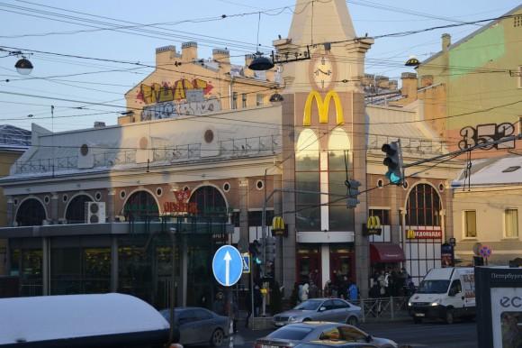 Макдональдс расположен прямо напротив метро Василеостровская