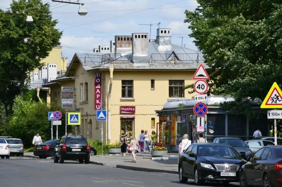 Дом налево от выхода с Елизаровской