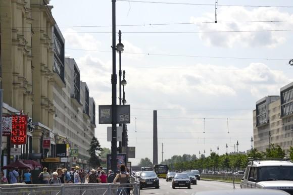 выйдя из метро Московская и стоя на Московском проспекте, вы видите вдалеке вот эту стелу