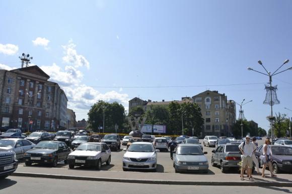 Выйдя из вокзала, вы увидите перед собой большое здание (по центру) и две улицы, огибающие его слева и справа