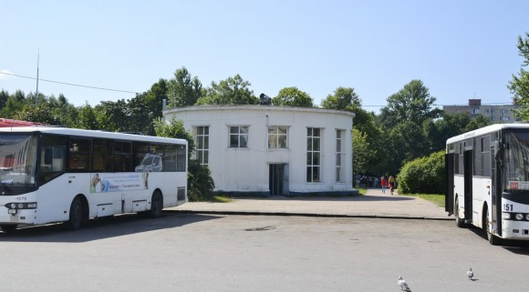 Если вы вышли из автобуса на автовокзале, то увидите другое здание, похожее на хозяйственную постройку