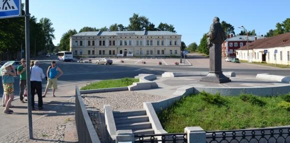 Вид с моста на памятник Апраксину
