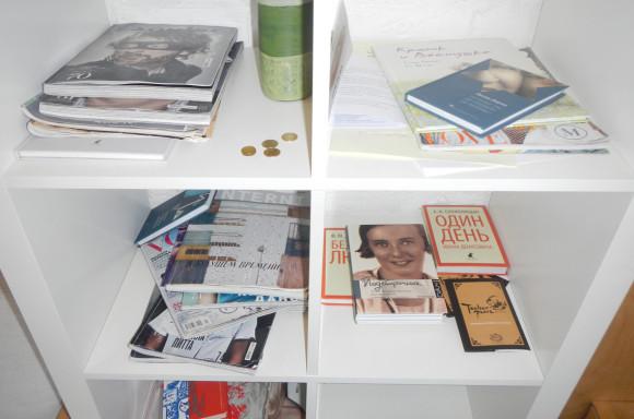 На полках - русская классика и модные читабельные журналы
