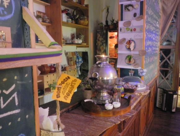 Чай премиум-класса, кофе, сушки, печенья, крекеры