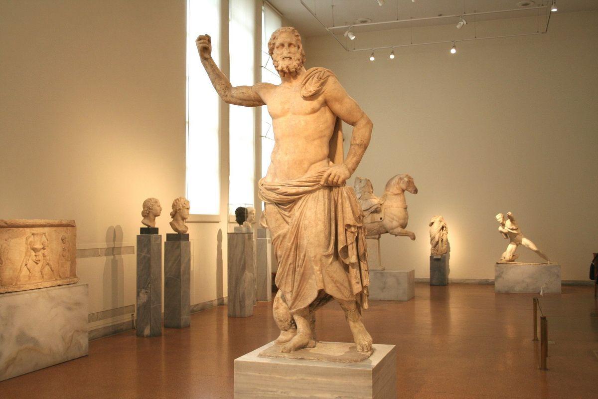 Один из залов античного искусства