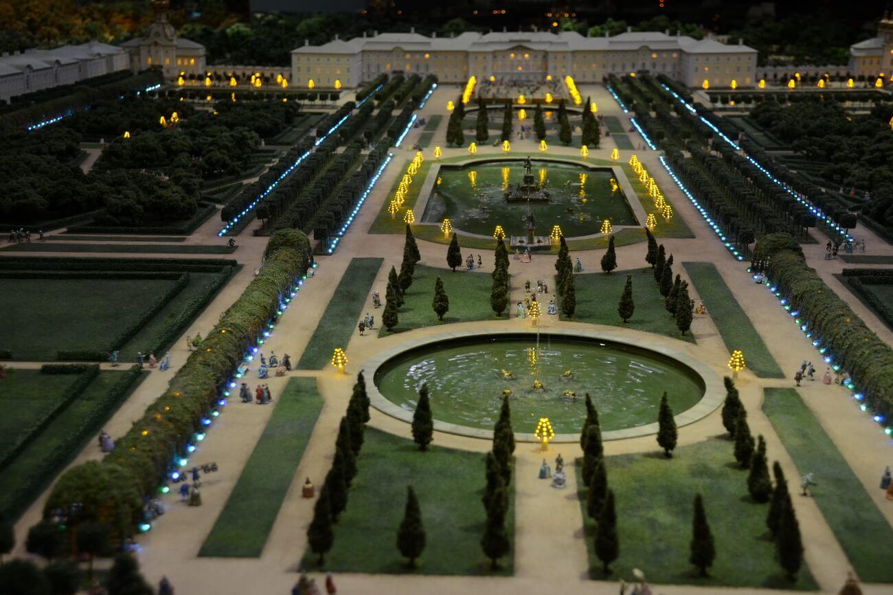 Верхний парк Большого дворца в Петергофе; наступает вечер