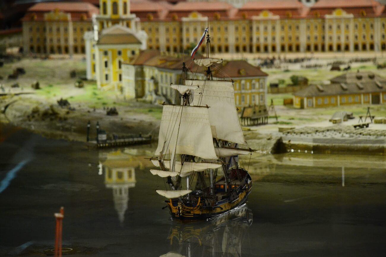 Корабль оснащен пушками и иногда стреляет