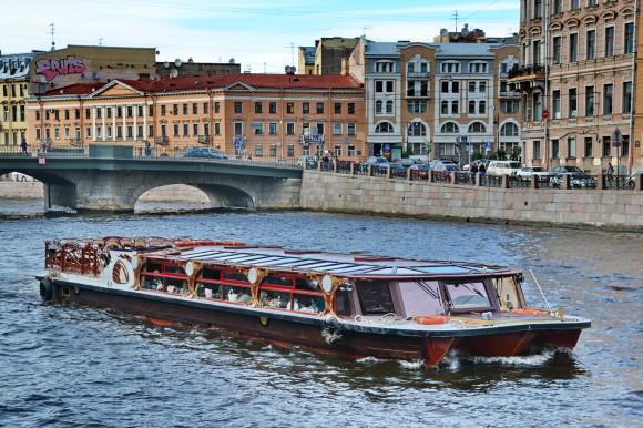 Кораблик с открытой и закрытой палубами