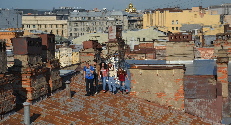 Группа туристов на петербургских крышах