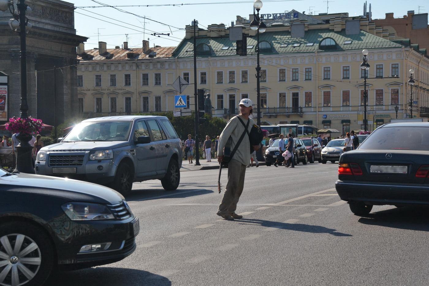 Вот такие пешеходы - зачастую головная боль для водителей