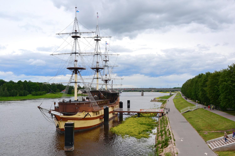Корабль, причаленный к Торговой стороне Новгорода, представляет собой ресторанный комплекс