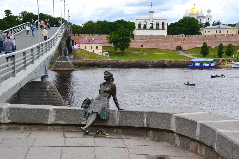 Памятник присевшей отдохнуть девушки-туристки