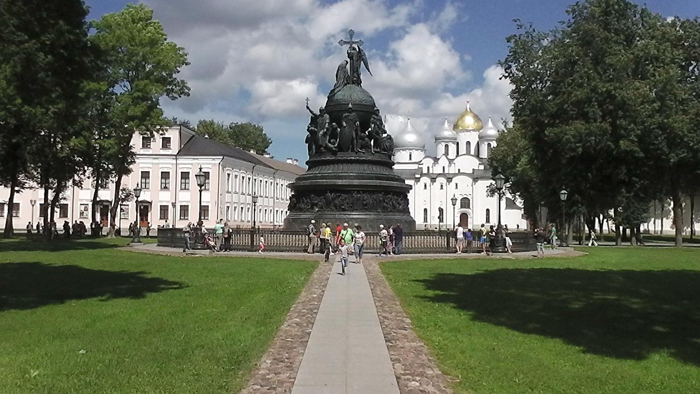 Напротив памятника `Тысячелетия` находится главный  православный храм Великого Новгорода – Собор Святой Софии