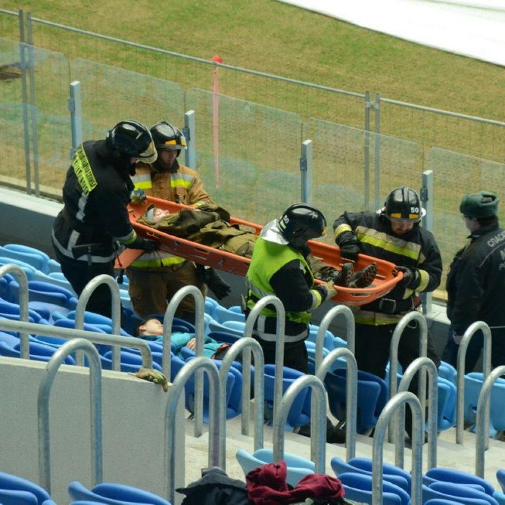 Сотрудники пожарно-спасательных служб начинают эвакуацию лежачих на носилках