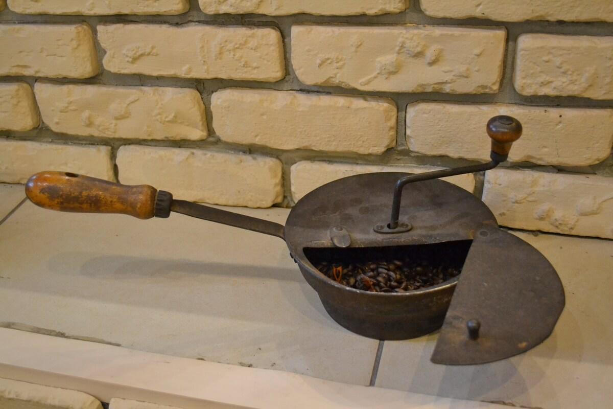 Старинное присобление для обжарки кофе