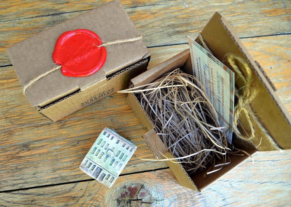 Домик бережно и надежно упакован в крафтовую коробочку