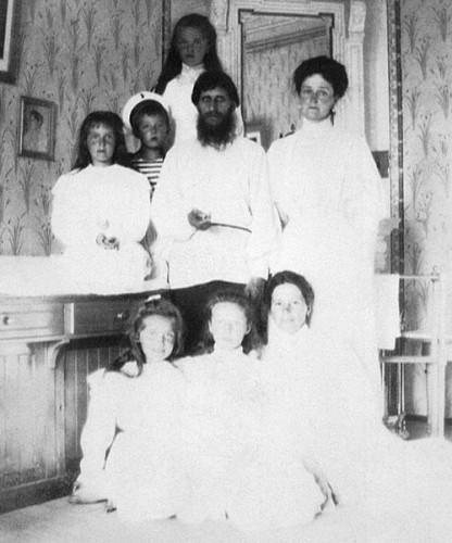 Григорий Распутин с царской семьей