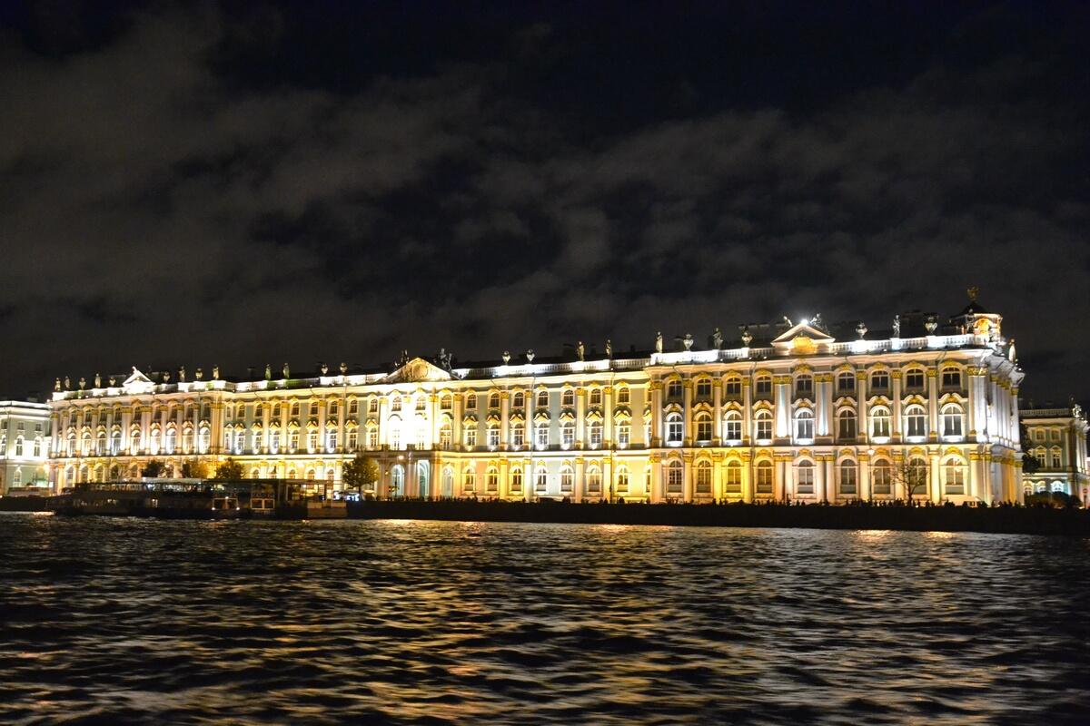 Зимний дворец в ночной подсветке