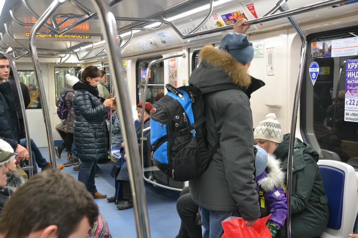 Ездить с рюкзаком на спине в метро - моветон
