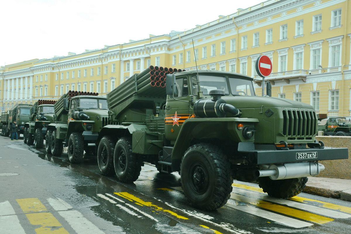 Боевая техника готовится к параду в центре Петербурга