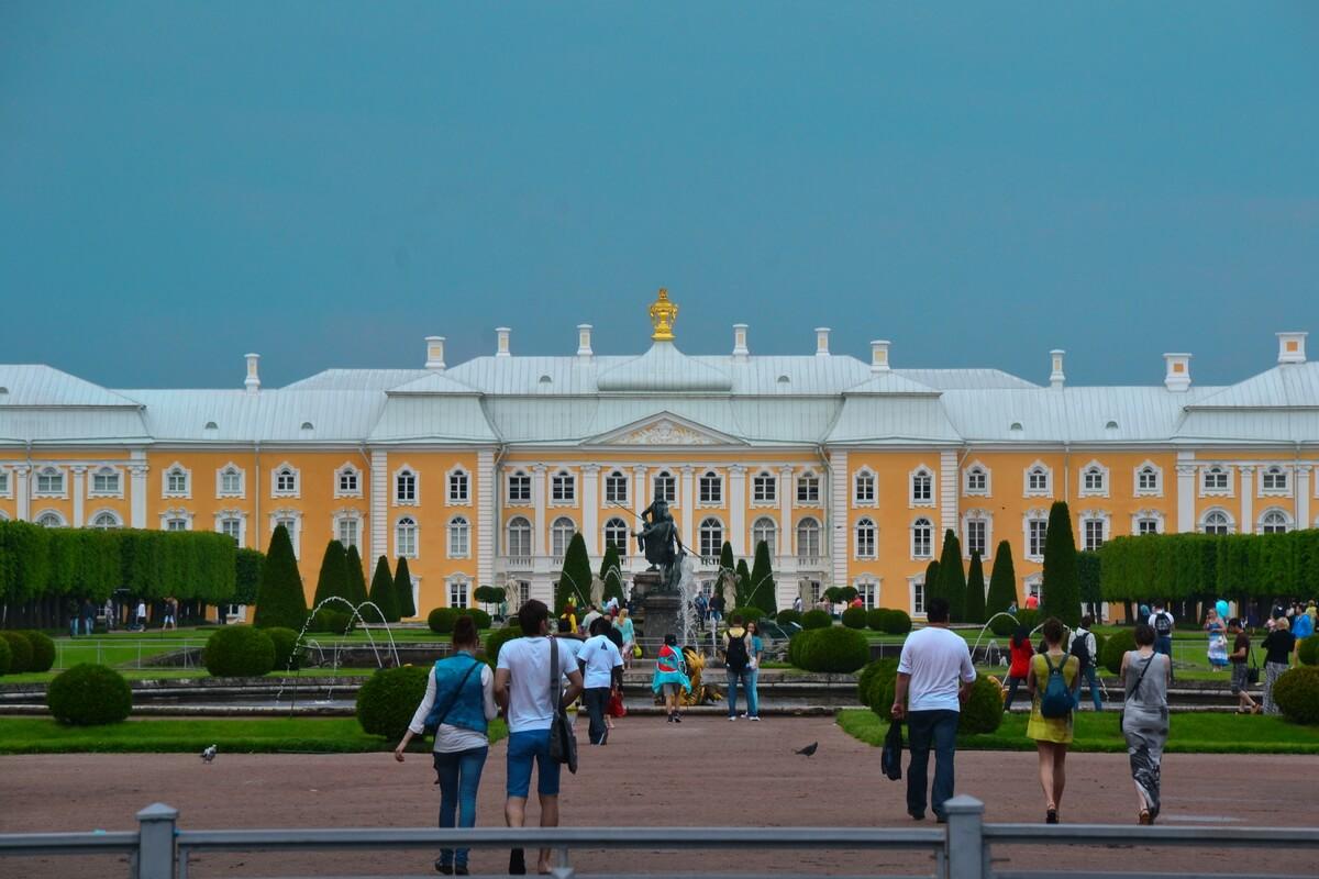 Большой Петергофский дворец со стороны Верхнего парка