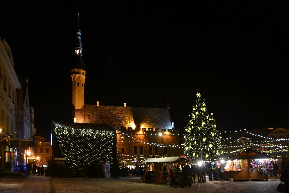 Рождественская ярмарка на Ратушной площади Таллина