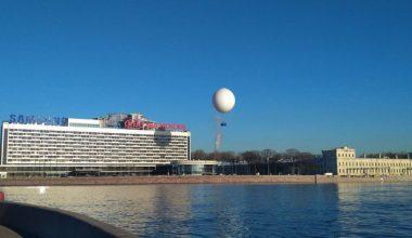 Воздушный шар показывает туристам центр Петербурга с воздуха