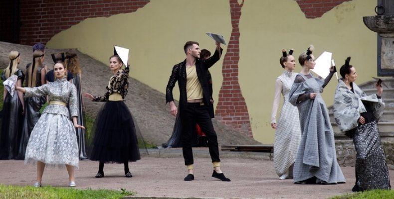 «Ассоциации» — дефиле в Екатерининском парке в Пушкине 23 июня