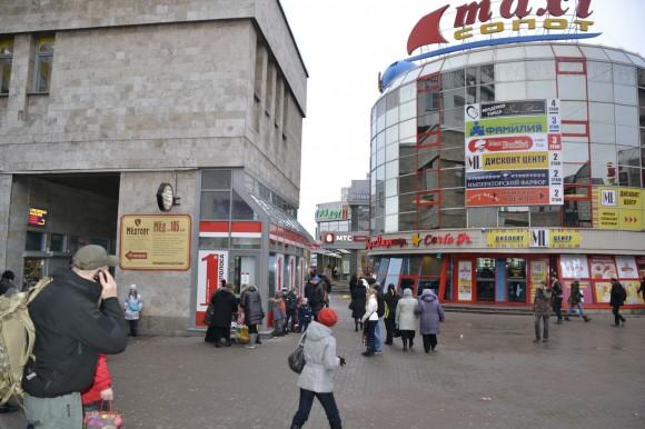 выход из метро Приморская