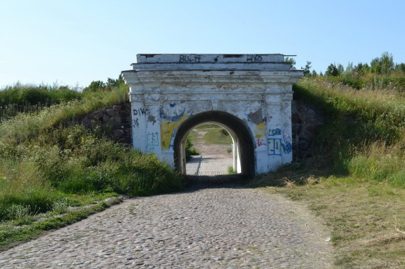 Проходим памятник Апраксину и идем через такие арки