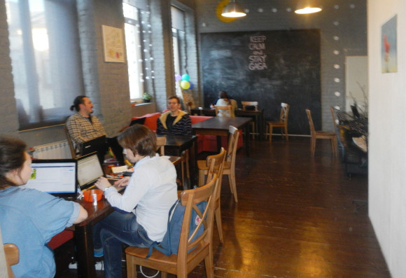 Первый зал GaGa вмещает до 20 человек, есть меловая доска