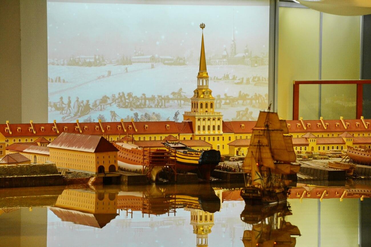 Здание Адмиралтейства смотрится величественно что на макете, что в реальной жизни