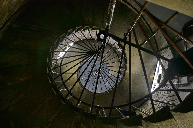 Лестница, ведущая наверх, винтовая и очень крутая
