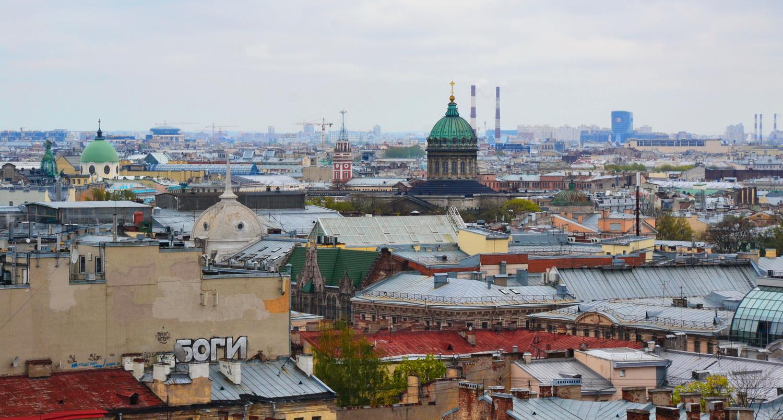 С колоннады открывается обзор на крыши Петербурга