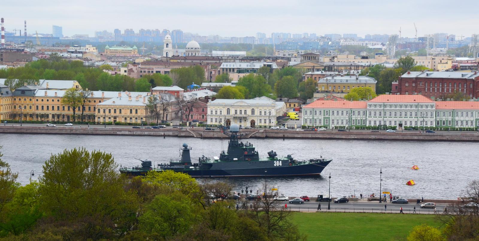 Вид на Неву и Университетскую набережную с Меншиковским дворцом