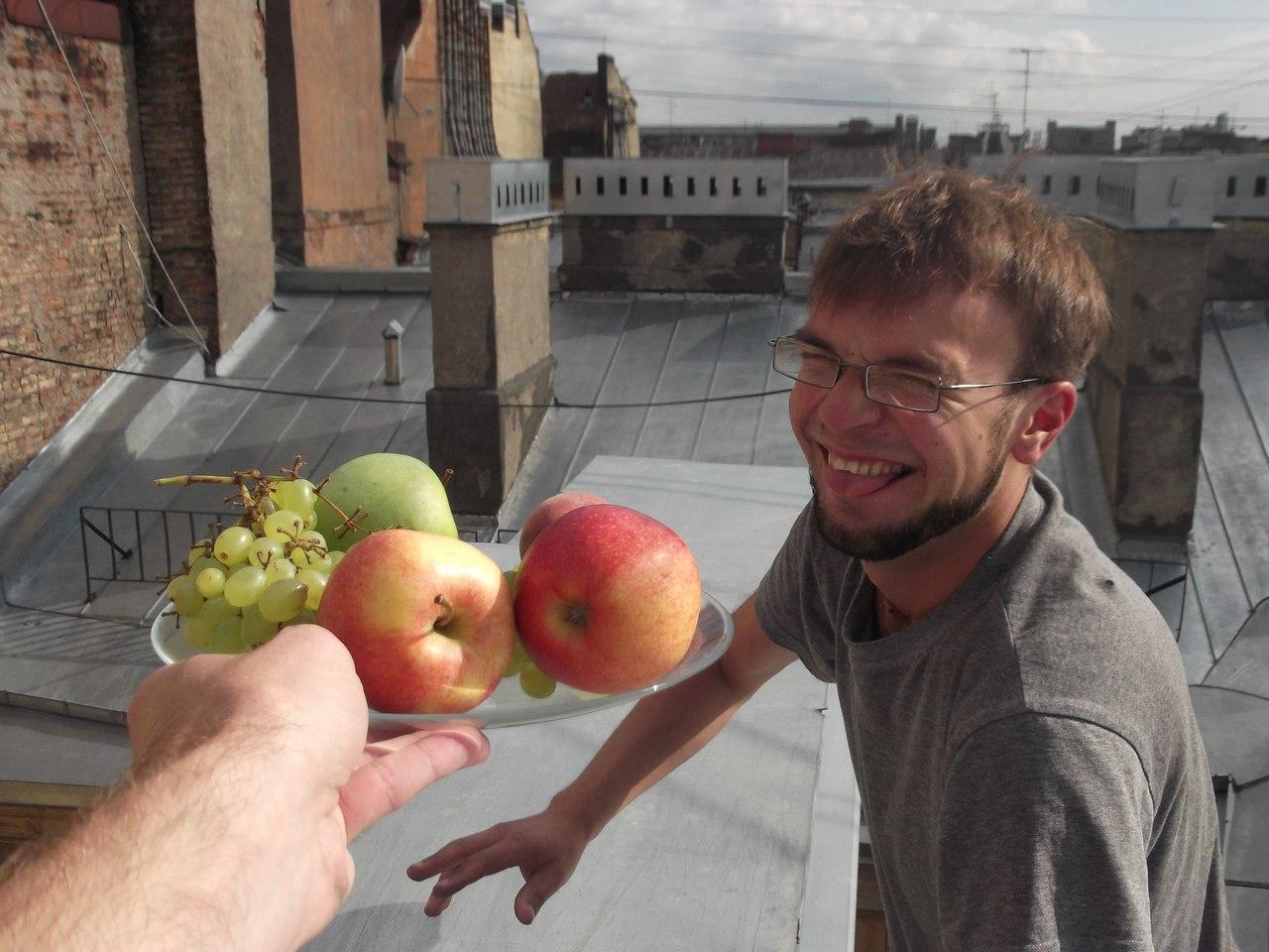 Корзина с фруктами, найденная на крыше