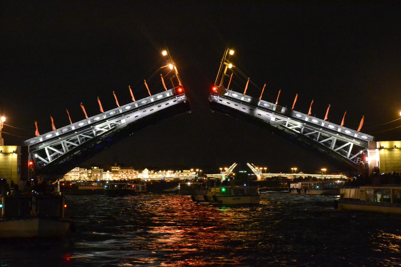 Ночная экскурсия по Санкт-Петербургу может включать прогулку под разводящимися мостами