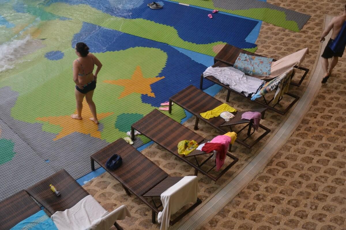 В аквазоне есть множество лежаков