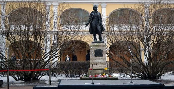 Памятник А.С. Пушкину у дома Пушкина