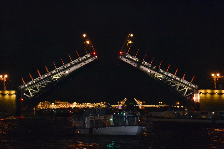 Развод мостов с воды
