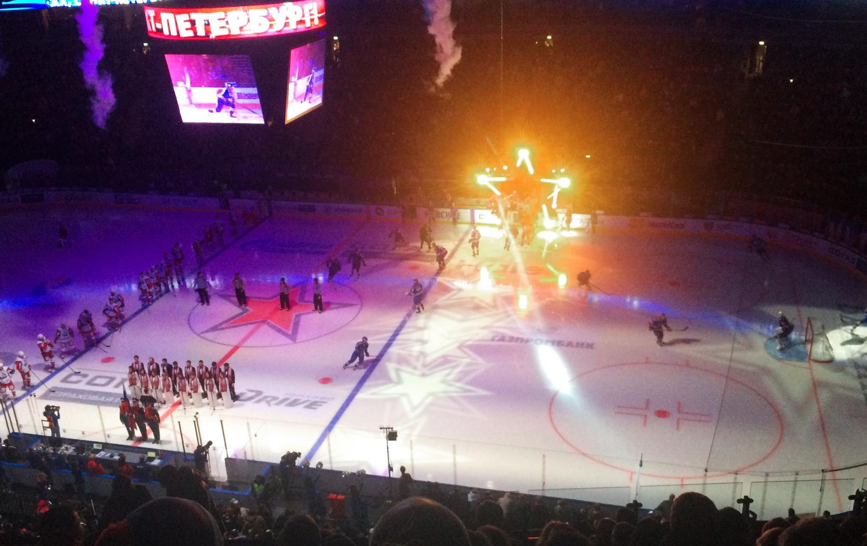 Команды эффектно под музыку выходят на лед