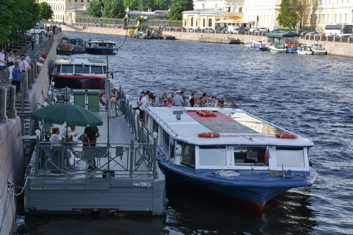 Большой популярностью у туристов пользуются прогулки по рекам и каналам