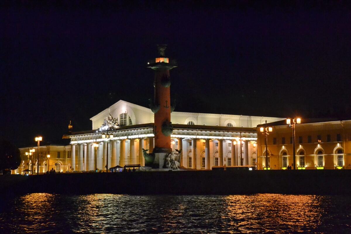 Биржа и Ростральная колонна