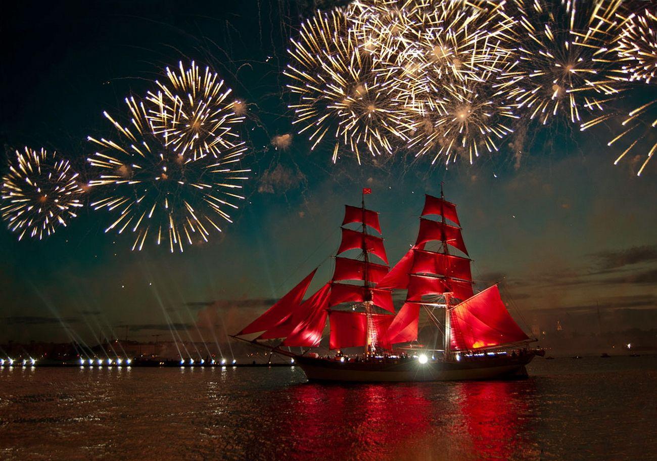 Над парусником взрываются фейерверки под музыкальное сопровождение и танцующие лучи прожекторов