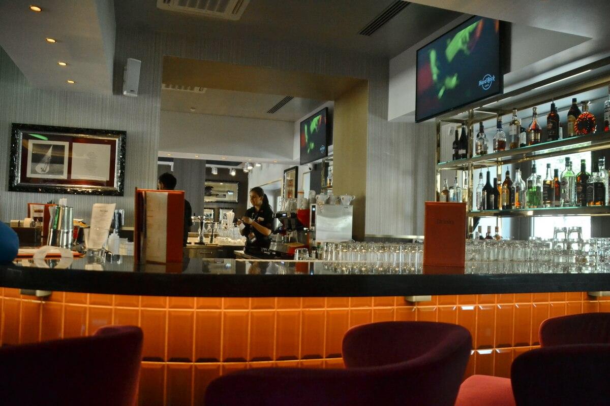 Барная стойка в Hard Rock Café