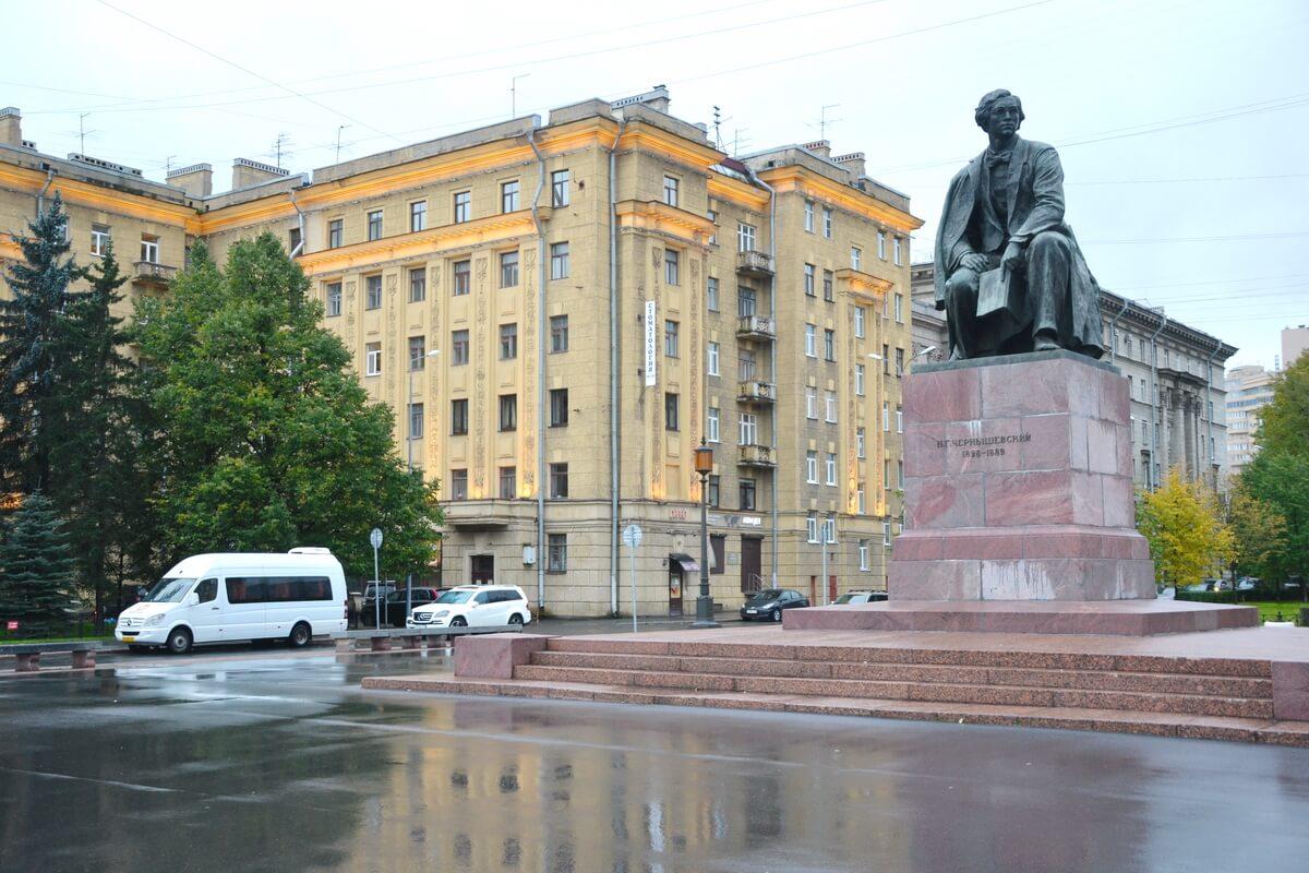Маршрутка у памятника Чернышевскому