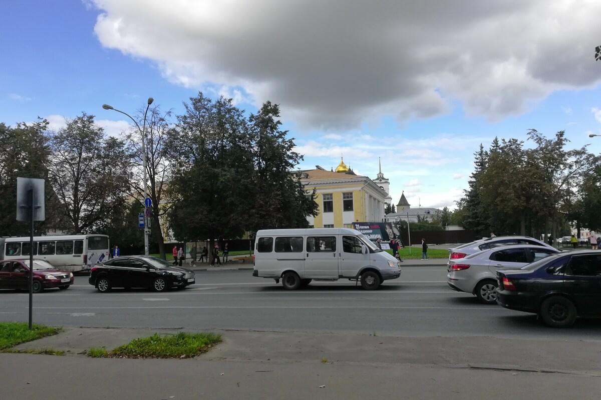 Вид на остановку `Площадь Ленина` у Кремля